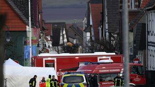 Des véhicules de police et de pompiers en intervention à Volkmarsen (Allemagne), le24 février 2020, après qu'un automobiliste a renversé des dizaines de participants au défilé d'un carnaval. (INA FASSBENDER / AFP)