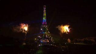 La tour Eiffel durant le feu d'artifice de la fête nationale, le 14 juillet 2013 à Paris. (FRANCE 2)