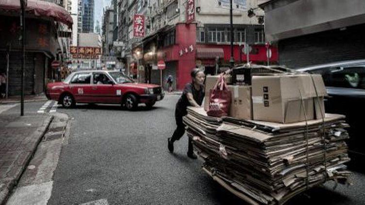 Pour survivre, les vieux de Hong Kong poussent des chariots chargés de déchets. (AFP/Philippe Lopez)