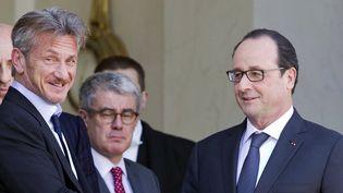 Sean Penn et François Hollande à l'Élysée le 19 février 2015  (Jacques Brinon / AP / Sipa)