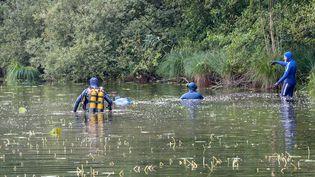 Des plongeurs dépêchés dans le cadre des recherches pour retrouver une jeune femme disparue, le 28 septembre 2020 à Villefontaine (Isère). (MAXPPP)