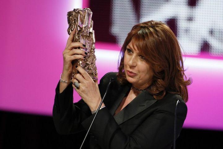 Valerie Benguigui reçoit le César dela meilleure actrice dans un second rôle, vendredi 22 février à Paris. (PATRICK KOVARIK / AFP)
