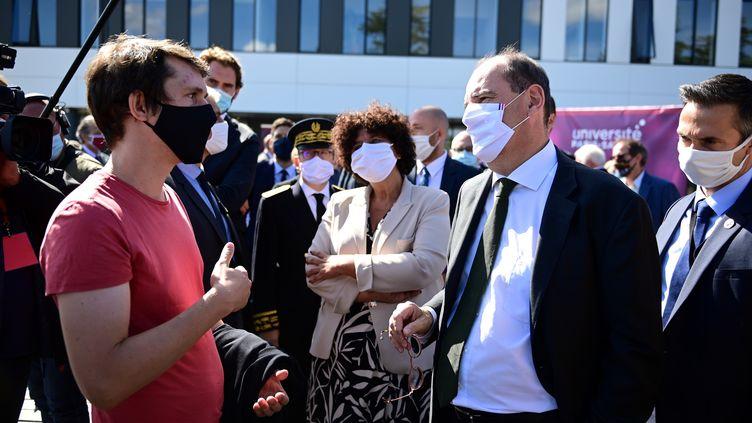 Le Premier ministre échangeant avec un étudiant à l'université de Paris-Saclay, le 7 septembre 2020 (photo d'illustration). (MARTIN BUREAU / POOL)