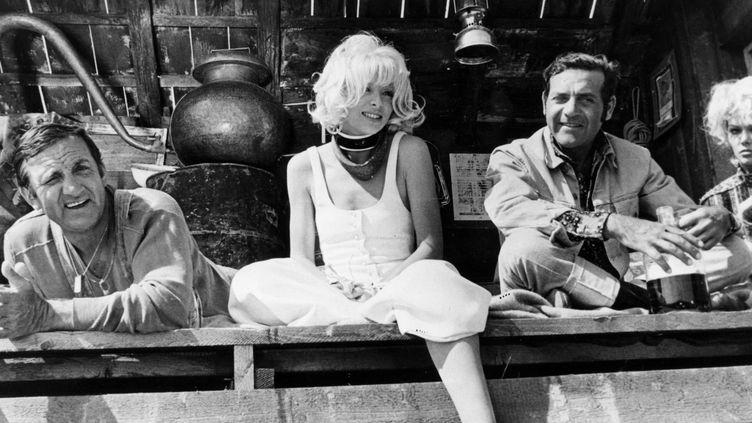 """Lino Ventura, Mireille Darc et Jean Yanne dans """"Fantasia chez les ploucs"""" de Gérard Pirès  (Capitole Films / Copro Films / Collection Christophel / AFP)"""