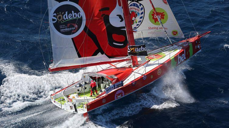 """Le skippeur Kito de Pavant à bord de son bateau """"Groupe Bel"""", le 19 septembre 2012 au large de Marseille (Bouches-du-Rhône). (JEAN-MARIE LIOT / AFP)"""
