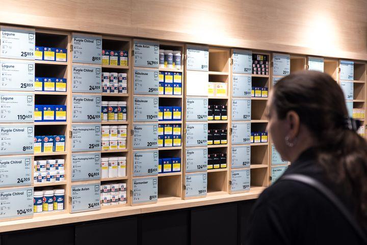 Une boutique de la Société québécoise du cannabis, à la veille de son ouverture, le 16 octobre 2018, à Montréal (Canada). (MARTIN OUELLET-DIOTTE / AFP)