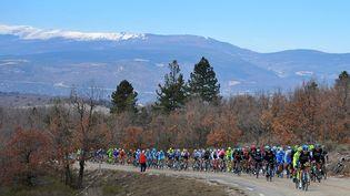Les cyclistes du 74e Paris-Niceaffrontent le mont Ventoux (Vaucluse), le 11 mars 2016. (DE WAELE TIM / TDWSPORT SARL / AFP)