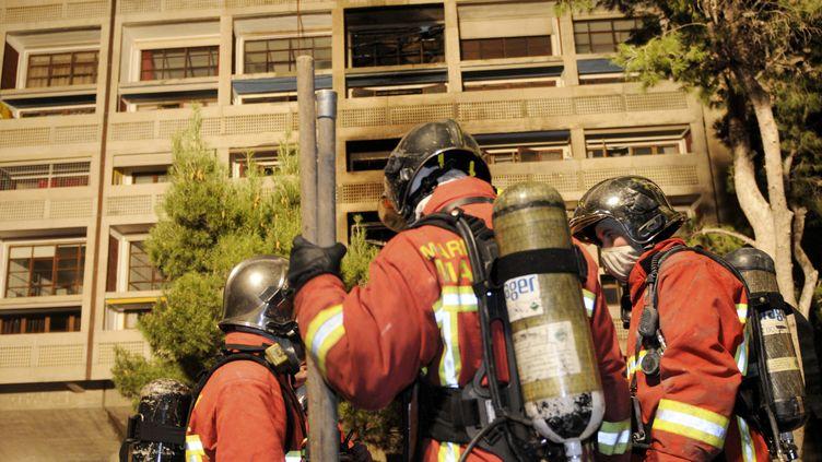 Des pompiers à la Cité radieuse, à Marseille (Bouches-du-Rhône), le 10 février 2012. (LA PROVENCE / MAXPPP)