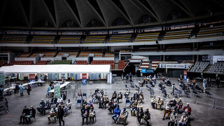Des patients attendent leur tour dans un centre de vaccination au Palais des sports de Lyon, le 29 mars 2021. (JEAN-PHILIPPE KSIAZEK / AFP)