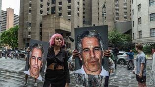 Des femmes manifestent en brandissant des portraits de Jeffrey Epstein, financier américain accusé de trafic sexuel et d'agressions sexuelles sur mineures, le 8 juillet 2019 à New York. (STEPHANIE KEITH / GETTY IMAGES NORTH AMERICA / AFP)