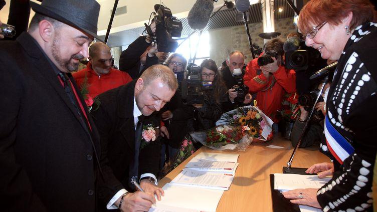 La maire de Villejuif (Val-de-Marne) célèbre symboliquement le mariage d'un couple homosexuel, le 11 février 2012. (PIERRE VERDY / AFP)