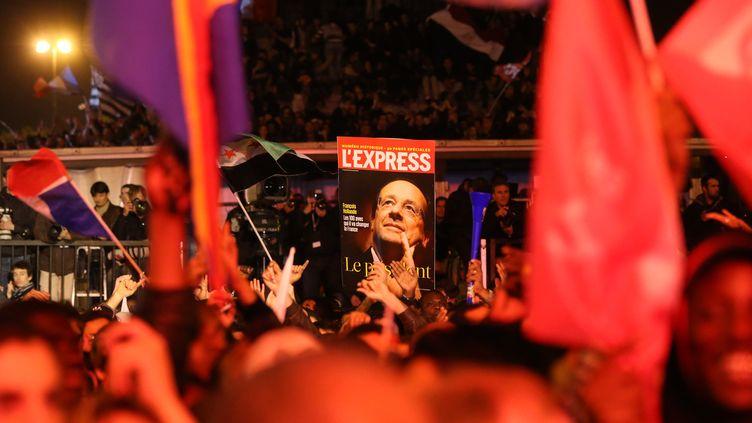 Des sympathisants socialistes célèbrent la victoire de François Hollande, le 6 mai 2012, place de la Bastille à Paris. (THOMAS COEX / AFP)