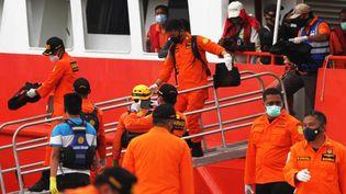 Des membres de l'équipe de sauvetage chargée de retrouver les débris et les corps des victimes du crash du Boeing deSriwijaya Air, le 14 janvier 2021 à Jakarta (Indonésie). (EKO SISWONO TOYUDHO / ANADOLU AGENCY / AFP)
