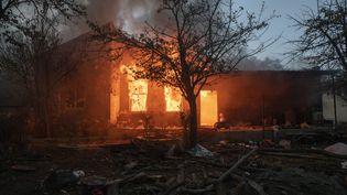 Une maison incendiée par ses habitants arméniens avant l'arrivée des soldats azerbaïdjanais lors de la prise de contrôle du territoire, à Kalbajar, dans le Haut-Karabakh, le 14 novembre 2020. (ANTONI LALLICAN / HANS LUCAS / AFP)