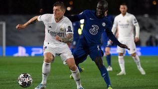 Toni Kroos et N'golo Kanté au duel. (PIERRE-PHILIPPE MARCOU / AFP)