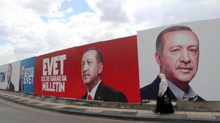 Lescrutin de dimanche pourrait être déterminant pour l'avenir du pays, divisé entre pro et anti-Erdogan. (ADEM ALTAN / AFP)