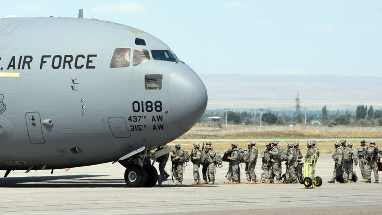 Des soldats américains partent pour l'Afghanistan à partir de la base de Manas, au Kirghizstan. (VLADIMIR PIROGOV / REUTERS)