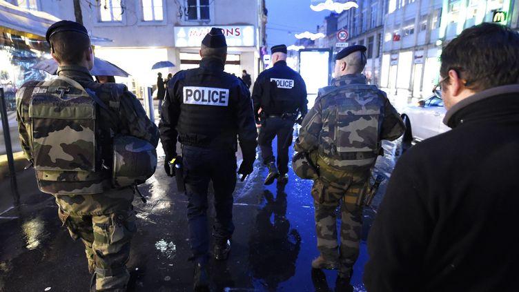 Une patrouille mixte de policiers et militaires sur le marché de Noël de Nancy, le 22 décembre 2016. (ALEXANDRE MARCHI / MAXPPP)