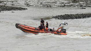Des plongeurs des sapeurs-pompiers lors des recherches sur la Loire pour retrouver Steve Caniço, le 20 juillet 2019 à Nantes (SEBASTIEN SALOM-GOMIS / AFP)