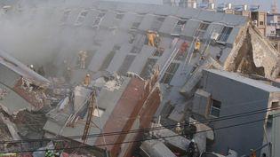 Les secours recherchent des survivants dans les décombres d'un immeuble de 16 étages après un séisme à Tainan (Taiwan), le 6 février 2016. (REUTERS)