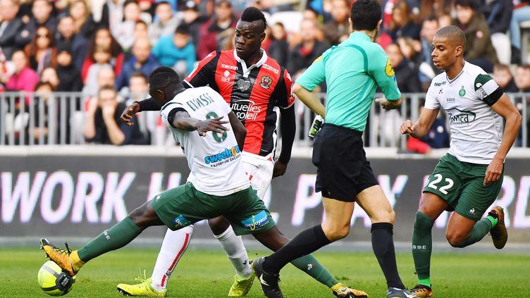 Balotelli essaie de s'extirper de la défense stéphanoise  (YANN COATSALIOU / AFP)