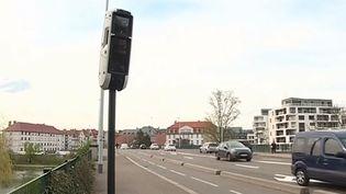 Plus performants et plus précis, de nouveaux radars capables de contrôler plusieurs voitures en même temps seront déployés sur les routes d'ici la fin de l'année. Certains sont déjà installés à Marseille (Bouches-du-Rhône) et à Strasbourg (Bas-Rhin). (FRANCE 3)