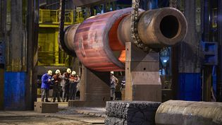 Des employés d'Areva travaillent dans la forge du Creusot (Saône-et-Loire)), le 11 janvier 2017. (JEAN-PHILIPPE KSIAZEK / AFP)