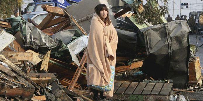 La jeune femme enroulée dans une couverture est devenue le symbole du drame vécu le 11 mars 2011 par les Japonais. (AFP/Reuters)