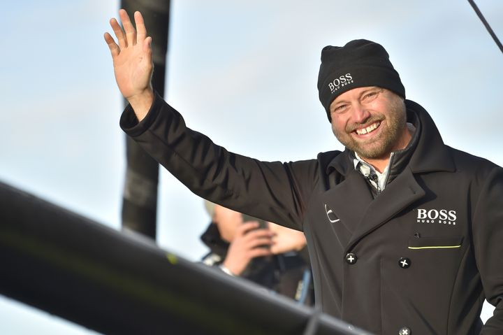 Alex Thomson lors de son départ du Vendée Globe, le 6 novembre 2016 aux Sables d'Olonne (Vendée). (LOIC VENANCE / AFP)