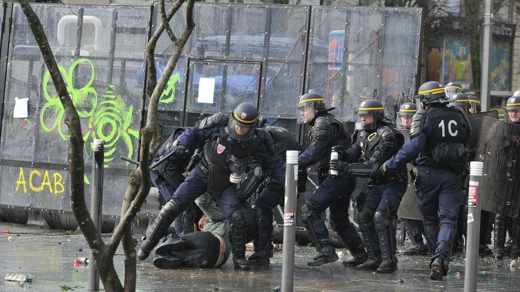 Des CRS face à des manifestants qui protestent contre l'aéroport de Notre-Dame-des-Landes, à Nantes (Loire-Atlantique), le 22 février 2014. (FRANK PERRY / AFP)