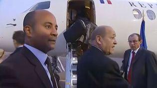 Capture d'écran d'une vidéo montrant les quatre ex-otages au Niger en train d'embarquer dans un avion officiel pour Paris, le 30 octobre 2013, à Niamey (Niger). ( FRANCE 2 / FRANCETV INFO)