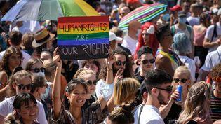 Des manifestants défilent pour le mariage pour tous à Zurich, en Suisse, le 4 septembre 2021. (FABRICE COFFRINI / AFP)
