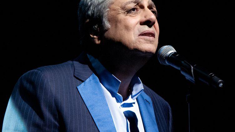 Le chanteur Enrico Macias lors d'un concert à l'Olympia, à Paris, le 13 janvier 2014. (PAUL CHARBIT / CITIZENSIDE.COM / AFP)