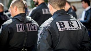 Deux agents de la Brigade de recherche et d'intervention (BRI) le 19 Avril 2016 à Paris. (MAXPPP)