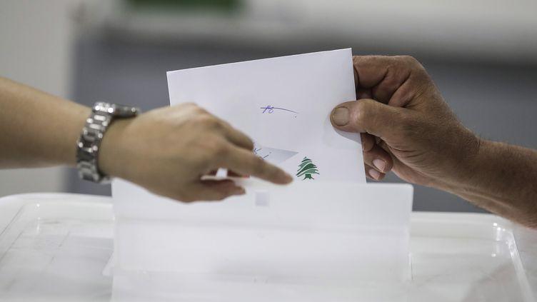 Un homme vote lors des législatives libanaise à Byblos, au nord de Beyrouth, dimanche 6 mai 2018. (JOSEPH EID / AFP)