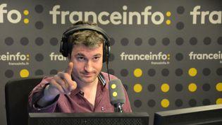 Julien Moch, journaliste à franceinfo anime la tranche 14-17 heures. (RADIO FRANCE / JEAN-CHRISTOPHE BOURDILLAT)