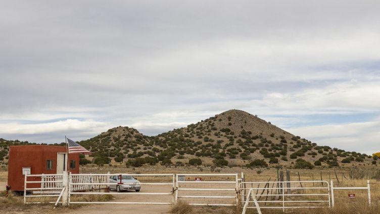 """Aux abords de la zone de tournage du western """"Rust"""", à Santa Fe (Nouveau Mexique, Etats-Unis), le 23 octobre 2021. (MOSTAFA BASSIM ADLY / ANADOLU AGENCY / AFP)"""