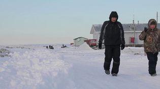 Les habitants de Kivalina, une petite île d'Alaska, seront bientôt évacués en raison de la fonte des glaces, devenant ainsi les premiers réfugiés climatiques américains. (France 2)