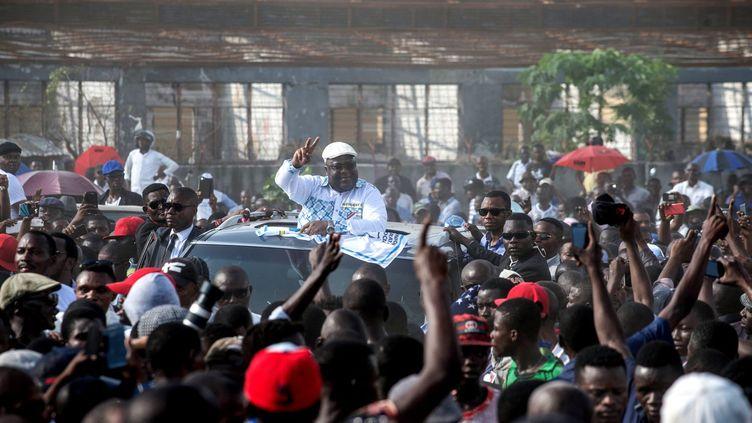 A huit mois de l'élection censée marquer la fin du règne du président Joseph Kabila, l'Union démocratique pour le progrès social (UDPS) a pu réunir quelques milliers de personnes autour de son dirigeant-candidat, avec une présence policière discrète. Le meeting avait été autorisé par le gouverneur de Kinshasa, qui avait systématiquement interdit les rassemblements de l'opposition, ainsi que les trois marches d'un collectif proche de l'église, les 31 décembre, 21 janvier et 25 février. «Cette autorisation n'est pas un cadeau, c'est une conséquence de notre lutte», a lancé d'entrée Félix Tshisekedi, investi il y a un mois pour défendre les couleurs du parti d'opposition fondé par son père Etienne Tshisekedi décédé le 1er février 2017 à Bruxelles où sa dépouille se trouve toujours. «Nous félicitons la retenue de la police. Il faudra qu'ils apprennent à nous regarder comme leurs concitoyens, et non comme leurs adversaires», a poursuivi M.Tshisekedi, au cours de cette réunion marquant le 28e anniversaire des débuts du multipartisme dans l'ex-Zaïre. (JUNIOR D. KANNAH / AFP)