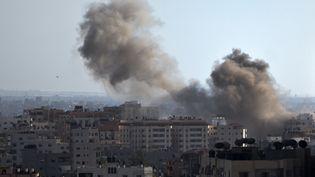 Un nuage de fumée après une frappe israélienne sur la bande de Gaza, lundi 14 juillet. (MAHMUD HAMS / AFP)