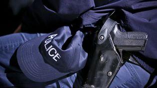 Les policiers qui souhaitent garder leur arme en permanence, y compris sur lestrajets domicile-travail entre deux services,doivent en faire la déclaration et avoir effectué des entraînementsde tir réguliers. (MAXPPP)