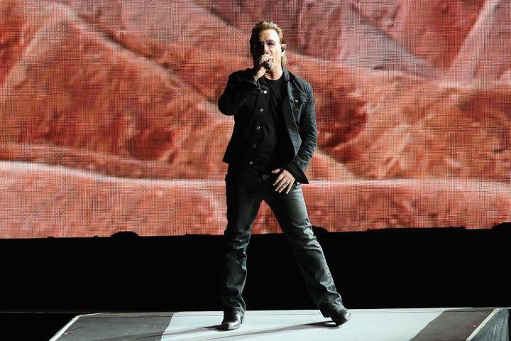 Le chanteur irlandais Bono, lors d'un concert de U2 à Glendale (Etats-Unis), le 19 septembre 2017. (CHRISTIAN PETERSEN / GETTY IMAGES NORTH AMERICA)