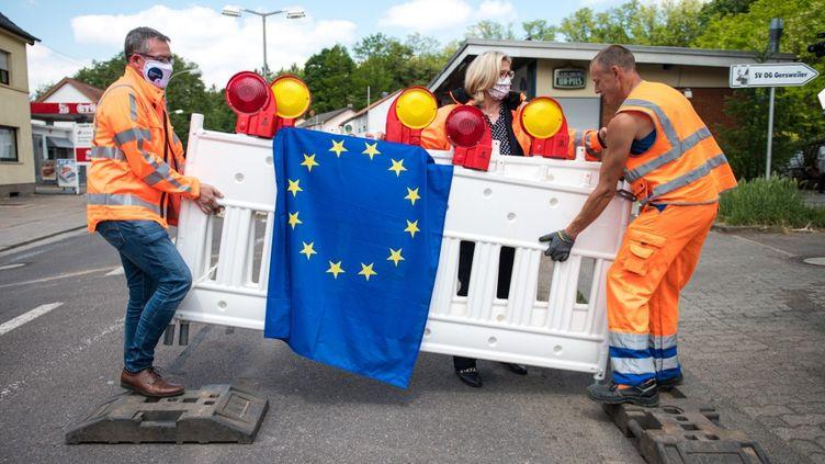 La frontière entre Schœneck (Moselle)et Sarrebruck Gersweiler en Allemagne, est rouverte en présence de la ministre sarroise de l'Economie et des Transports,Anke Rehlinger, le 15 mai 2020. (OLIVER DIETZE / DPA / AFP)