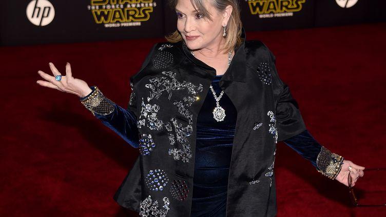 """L'actrice américaine Carrie Fisher, lors de la première du """"Réveil de la Force"""", l'épisode VII de """"Star Wars"""", à Hollywood (Etats-Unis), le 14 décembre 2015. (ETHAN MILLER / GETTY IMAGES NORTH AMERICA / AFP)"""