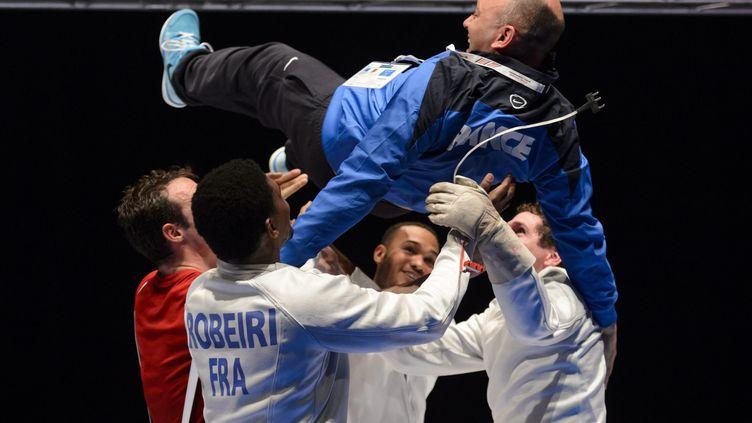 L'entraîneur français Huges Obry, célébré par ses épéistes Robeiri, Grumier, Jerent, et Gustin, sacrés champions d'Europe par équipe en juin dernier.  (LAURENT GILLIERON / MAXPPP)