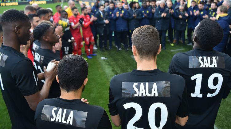 Les joueurs et le staff du FC Nantes rendent hommage à Emiliano Sala, le 10 février 2019. (LOIC VENANCE / AFP)