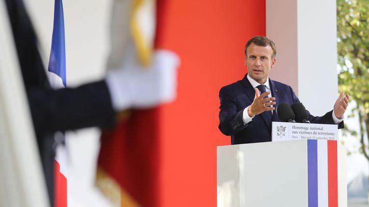 Emmanuel Macron lors de son discours durant la cérémonie annuelle en hommage aux victimes du terrorisme, aux Invalides, à Paris, le 19 septembre 2018. (LUDOVIC MARIN / AFP)