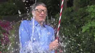 """Capture d'écran d'une vidéo dans laquelle le PDG de Microsoft, Bill Gates, participe au """"Ice Bucket Challenge"""", et postée le 15 août 2014 sur YouTube. (THEGATESNOTES / YOUTUBE)"""