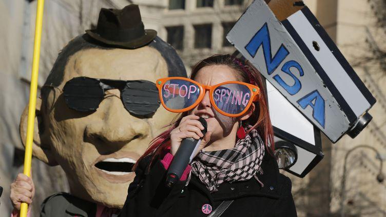 Une manifestante contre les écoutes de la NSA, à Washington, le 17 janvier 2014. (LARRY DOWNING / REUTERS )