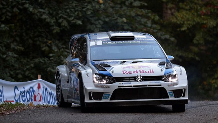 Sébastien Ogier au volant de sa Volkswagen (FREDERICK FLORIN / AFP)